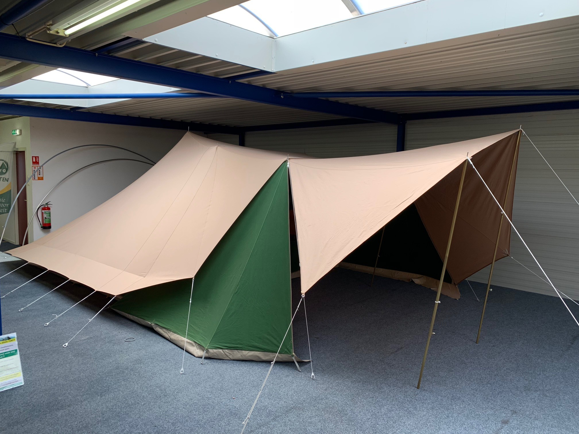 & Pyramid tent Piramide 400 with sewn in groundsheet